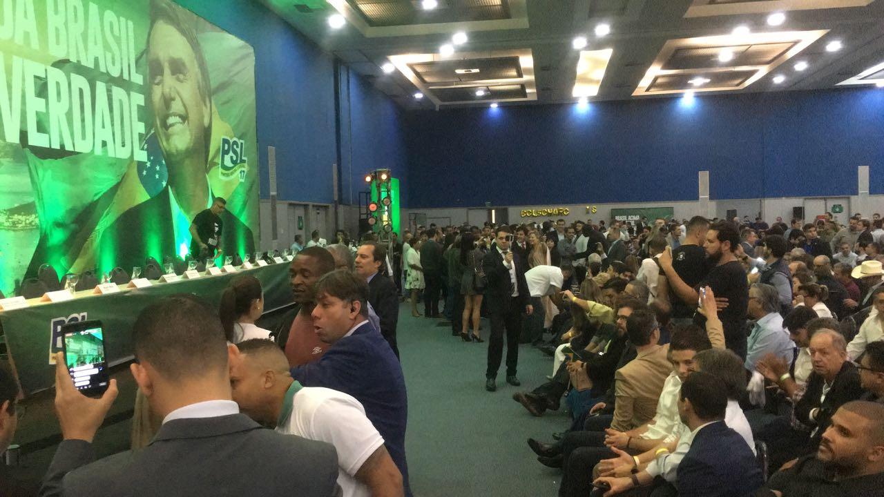 Multidão chega para a convenção do PSL no RJ