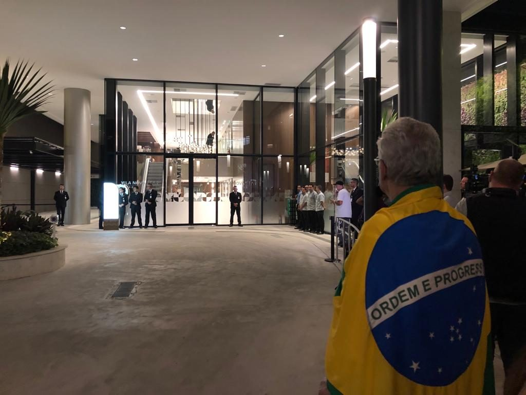 Exclusiva: Apoiadores de Jair Bolsonaro fazem vigília em frente a hospital