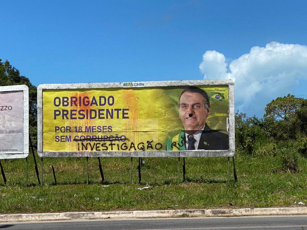 Outdoors em apoio ao presidente Jair Bolsonaro são alvos de vandalismo pelo país